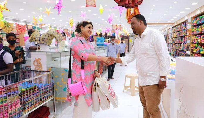 Vanitha Vijayakumar Shopping in Velavan Stores